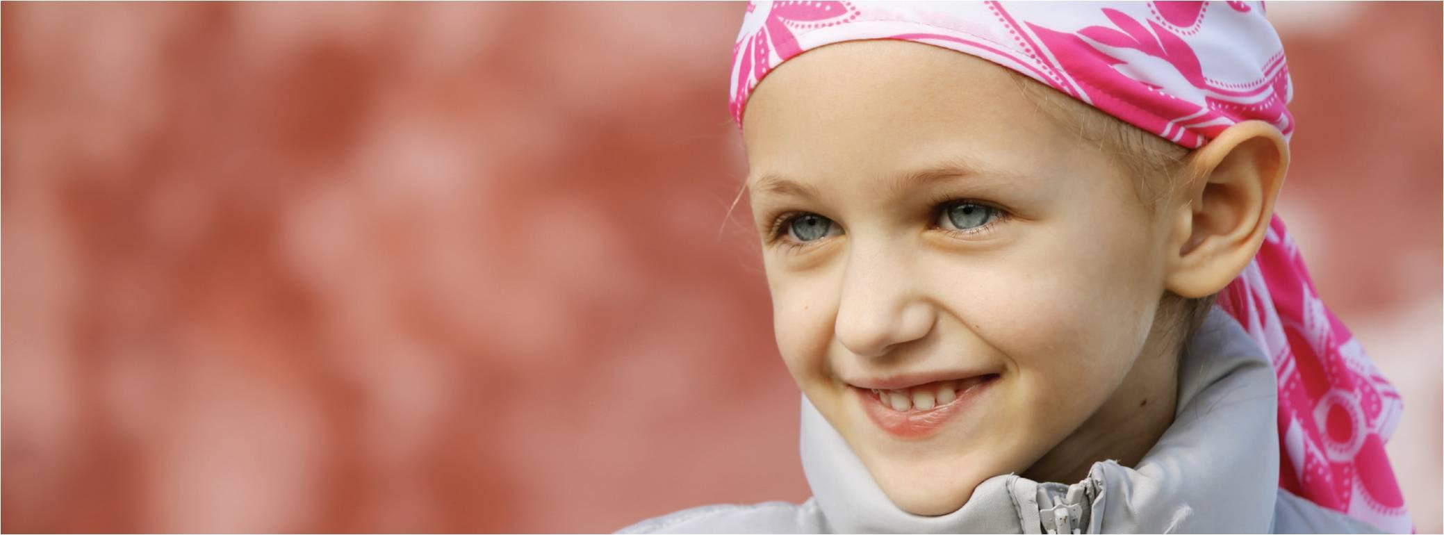 FOTO: Menina com lenço na cabeça sorrindo