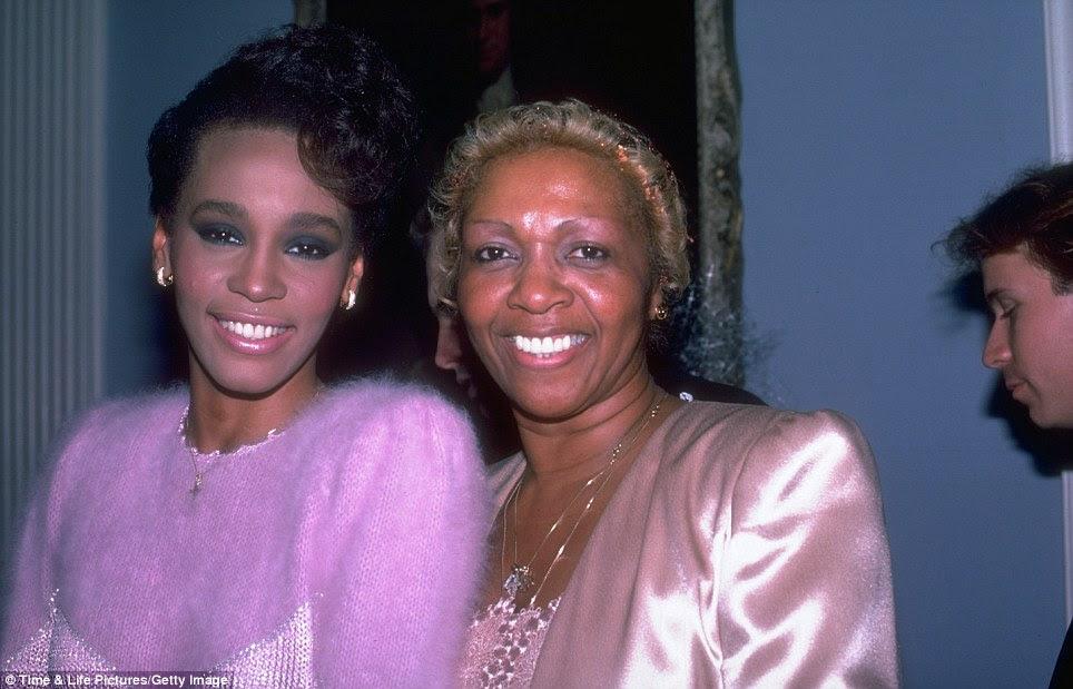 Nasce uma estrela: Whitney, visto aqui em 1984, primeiro se interessou por música, depois de muitas vezes acompanha a mãe Cissy quando ela se apresentou em casas noturnas