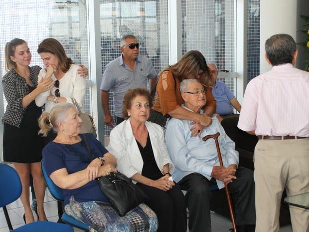 Família chegou abalada na Univasf para velório de Osvaldo Coelho (Foto: Amanda Franco/ G1)