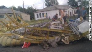 Обломки считается от Malaysia Airlines рейса 17 лжи в Украине в четверг.  Этот образ был размещен на Twitter.