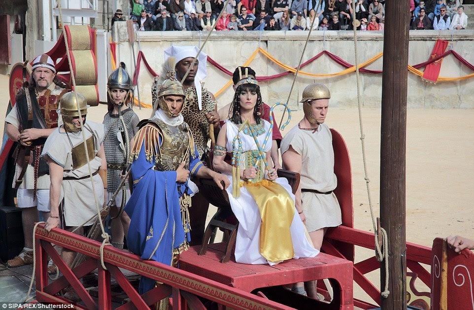 Este ano - a sétima edição do evento - foi temáticos em torno de Cleópatra, (foto em sua carruagem) a última rainha do Egito Antigo