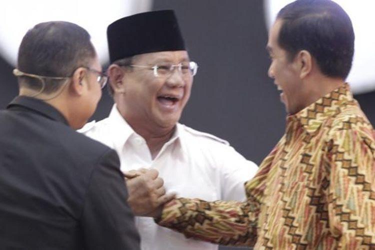 Calon Presiden nomor urut 1 Prabowo Subianto dan nomor urut 2 Joko Widodo bersalaman usai debat capres 2014 putaran ketiga, di Hotel Holiday Inn, Kemayoran, Jakarta, Minggu (22/6/2014). Debat capres kali ini mengangkat tema Politik Internasional dan Ketahanan Nasional.