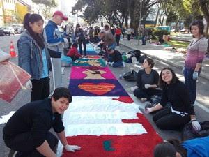 Estudantes também participam da celebração na Cândido de Abreu  (Foto: Dino Menon / RPC)