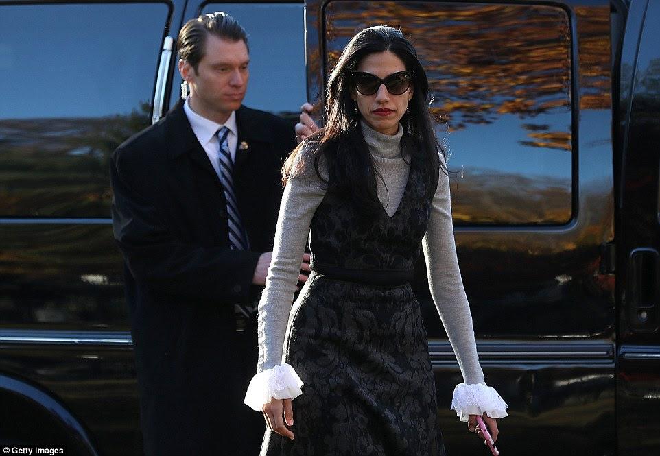 Mulher mão direita: Huma Abedin, também se juntou aos Clintons como eles seu voto na quinta-feira, vestida com uma roupa única para o grande dia