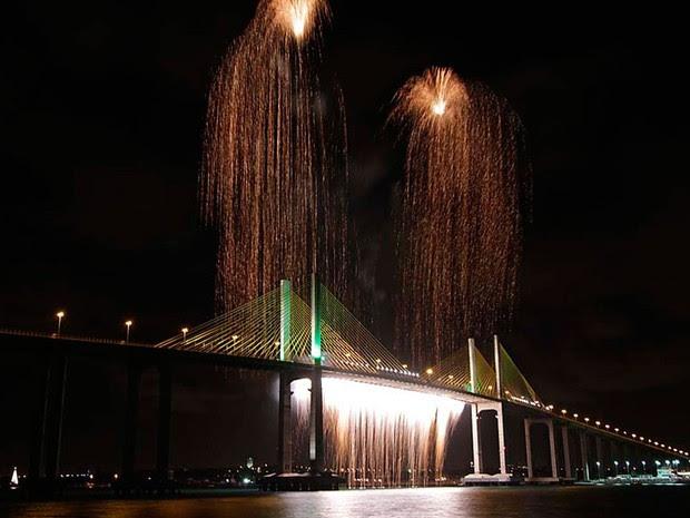 Em 2011, show pirotécnico do réveillon em Natal incluiu cascata na Ponte Newton Navarro (Foto: Ricardo Araújo/G1)
