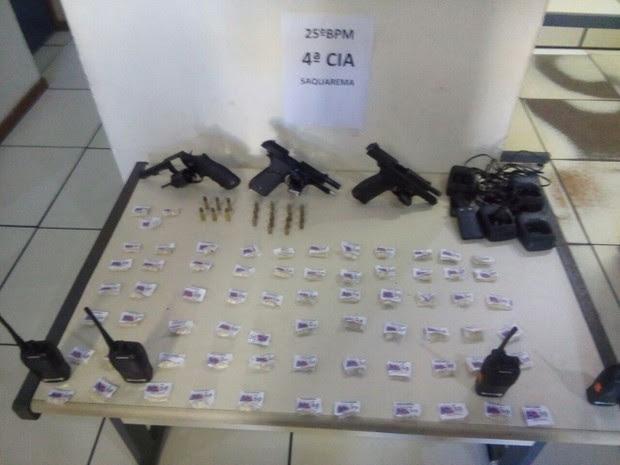 PM apreende três pistolas e cocaína em Saquarema, no RJ. (Foto: Polícia Militar/Divulgação)