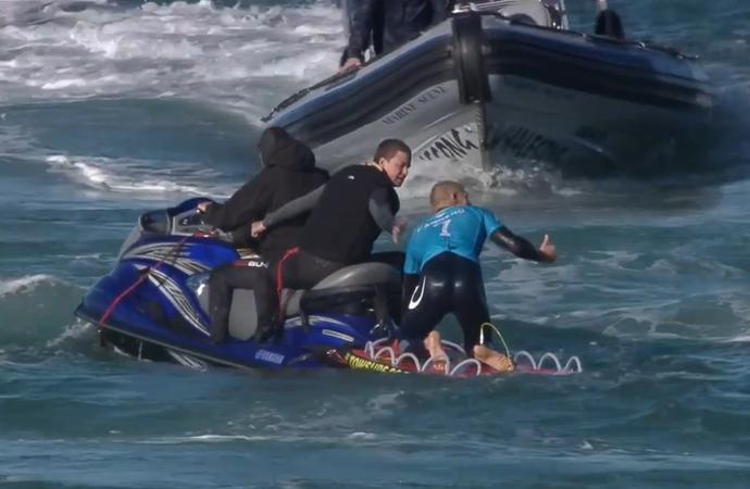 Mick Fanning faz sinal de positivo após escapar de ataque de tubarão na fial de Jeffreys Bay (Foto: Reprodução)