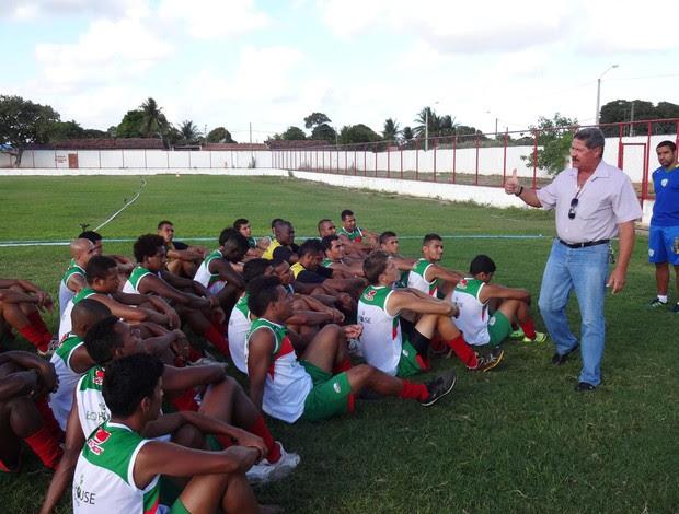 Pedrinho Albuquerque conversa com jogadores do Alecrim (Foto: Gabriel Peres/Divulgação)