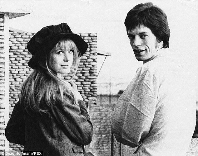 Ele casal: Marianne deixou Mick para um fotógrafo italiano, deixando Mick cambaleando