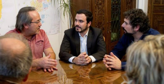 El coordinador general de IU y diputado nacional de Unidos Podemos, Alberto Garzón (c), acompañado del coordinador de IU de Castilla y León, José Sarrión (d), se reúne con el alcalde de Zamora, Francisco Guarido (i), el único alcalde de IU en una capital