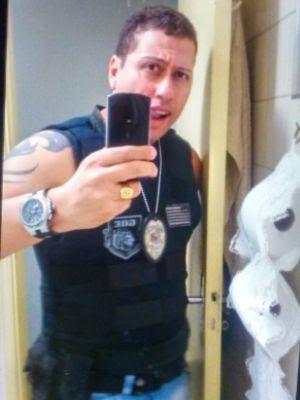 Homem postava fotos com armas e uniforme da Polícia  (Foto: Polícia Civil / Divulgação)