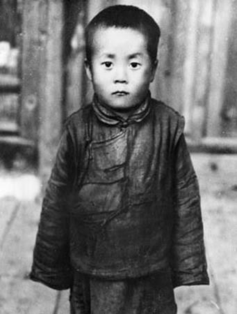 http://thehumanpostcard.files.wordpress.com/2009/07/2009_02_08_dalai_lama_enfant.jpg