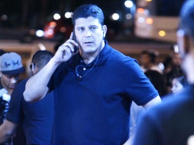 Segurança avisa Heideguer que Duca chegou ao show (Foto: TV Globo)