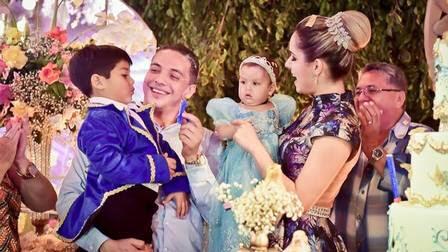 Wesley Safadão com a família no aniversário de 1 anos de Ysis, sua caçula