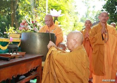 Đại lão Hoà thượng Thích Như Đạt, Viện trưởng Viện Hoá Đạo niệm hương trước Lễ Đài – Hình PTTPGQT