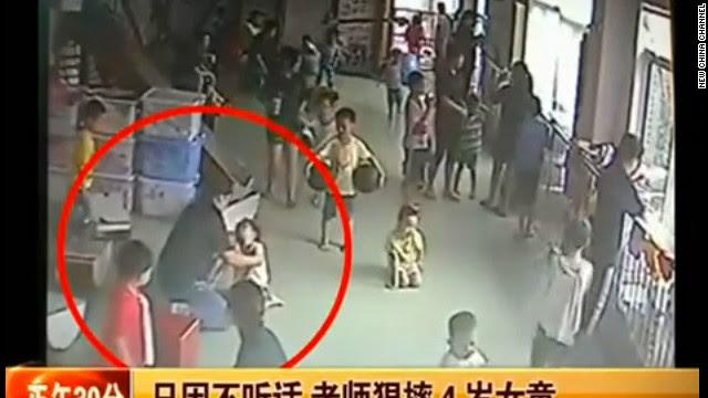 Video de una niña china con autismo siendo maltratada causa indignación