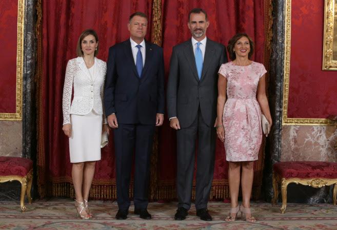 Klaus Iohannis y la primera dama, Carmen, junto a los Reyes.