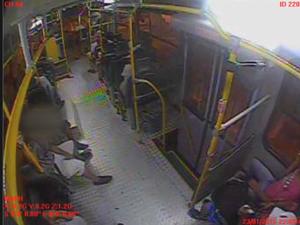 Jovens fazem usos de drogas nos bancos de trás do ônibus em Marília (Foto: Reprodução/TV TEM)