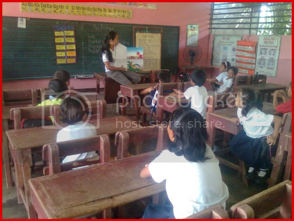 Mrs. Glaisa G. Cabuguason reading to Grade One - Rose pupils