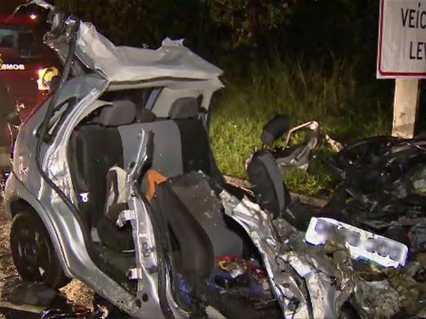 Acidente deixa ao menos quatro mortos na Rodovia dos Tamoios (Foto: Reprodução/ TV Vanguarda)