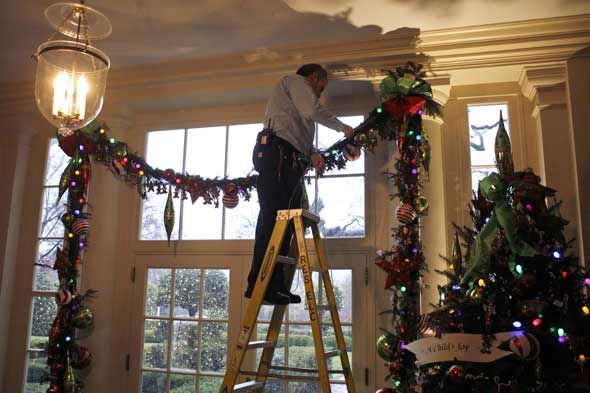 The White House Christmas Decorations: HGTV Goes Behind the Scenes ...