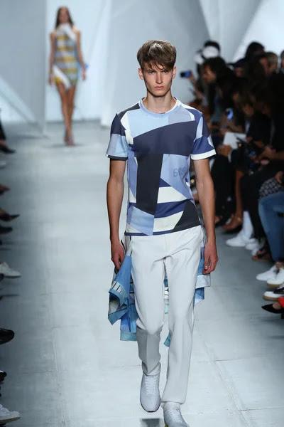 Modelo entra a la pista a lacoste durante la semana de la moda mercedes-benz — Foto de Stock #52987641