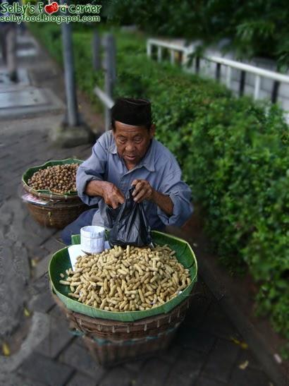 Selby's Food Corner: Tukang Kacang Rebus (Peanuts Man)