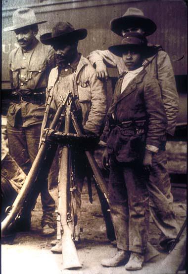 Mexikói forradalom. Katonák. Agustín Victor Casasola (1874-1938) fotója. Vö. http://content-s10.cdlib.org/ark:/13030/hb400008gc/?layout=metadata&brand=calisphere