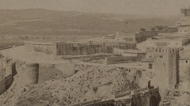Muros apuntalados en al zona de las Vistillas de San Agustín. Abril de 1889. Fotografía de James Jackson (detalle)