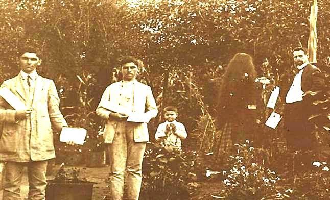 Cairbar Schutel e colaboradores distribuiindo O Clarim-cemitério de Matão