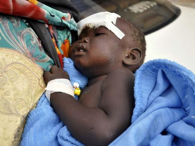 Nyloak Tong, menina de 14 meses que sobreviveu ao acidente com o avião de carga no Sudão do Sul, recebe tratamento médico em hospital de Juba (Foto: REUTERS/Jok Solomun)