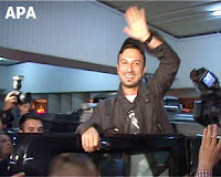Tarkan greeted by Azeri press on his arrival into the country; APA