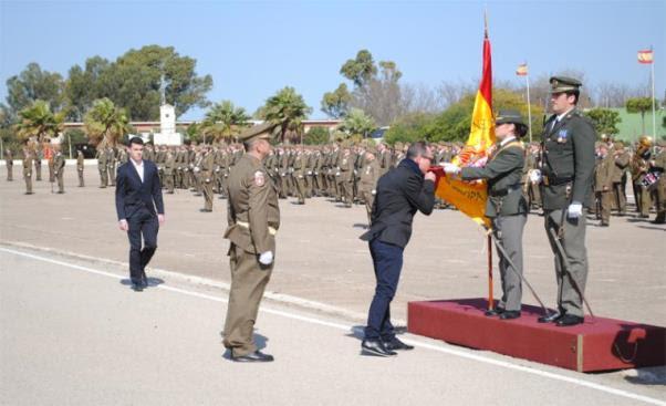 Uno de los jurandos besa la Bandera Nacional