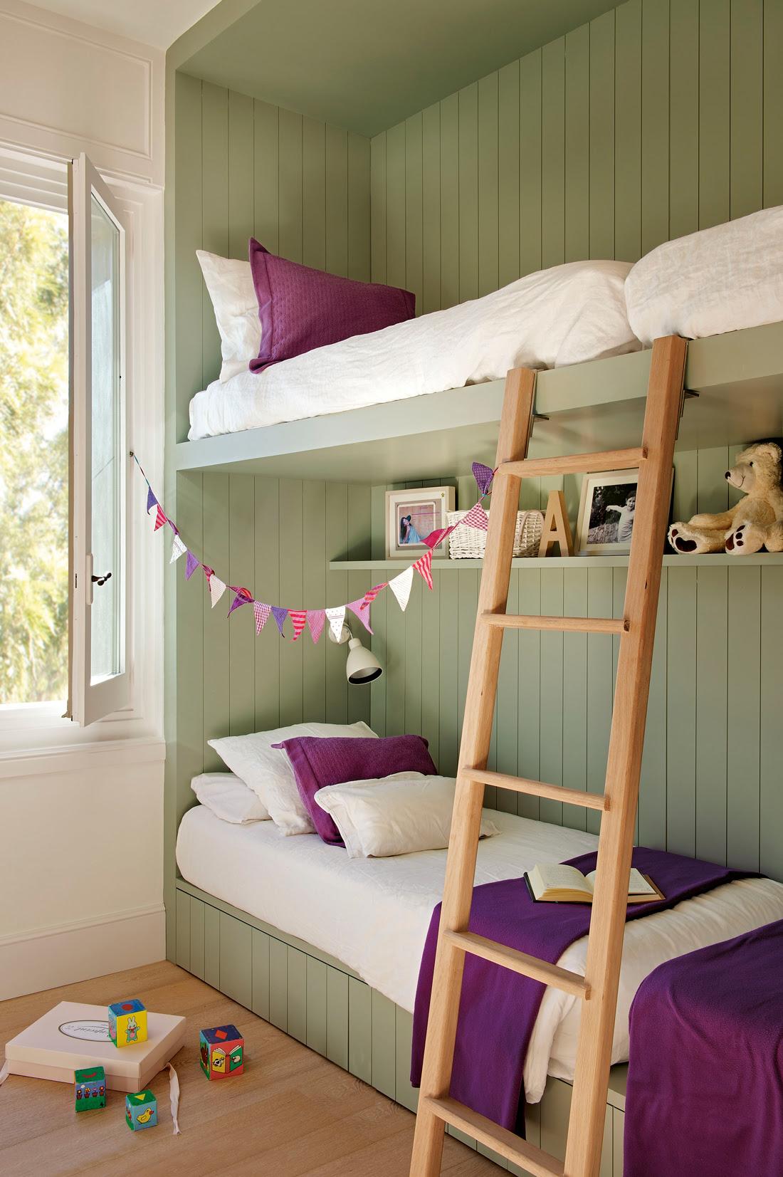 00359561. Habitación infantil con literas. Revestida en madera verde con ropa de cama blanca y violeta 00359561