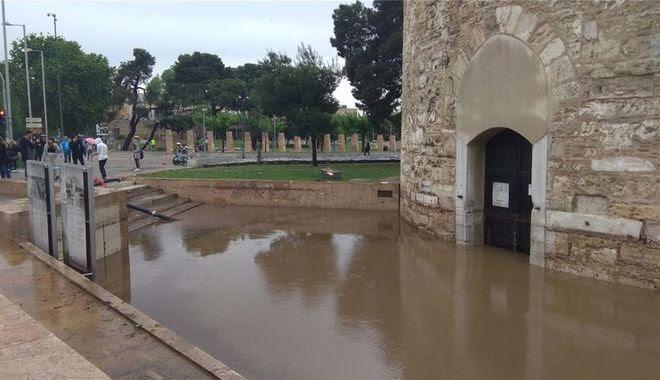 Μετρά τις πληγές της από τη θεομηνία η Θεσσαλονίκη - Κλειστά σήμερα σχολεία και υπηρεσίες
