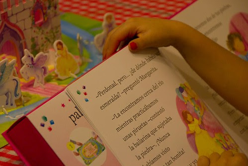 http://www.blogger.com/img/blank.gifAinhoa leyendo su nuevo cuento