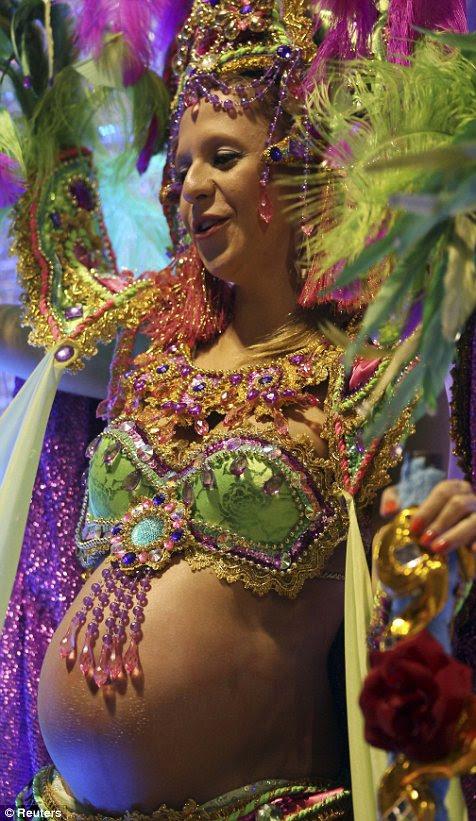 Um folião desfila grávida durante um carnaval em São Paulo