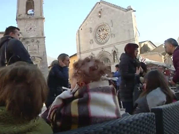 In this image made from video, residents who fled from their houses gather in a square in front of a damaged church in Norcia, Italy, Sunday, Oct. 30, 2016 after a powerful earthquake with a preliminary magnitude of 6.6 rocked central and southern Italy f (Foto: Sky Italia via AP)