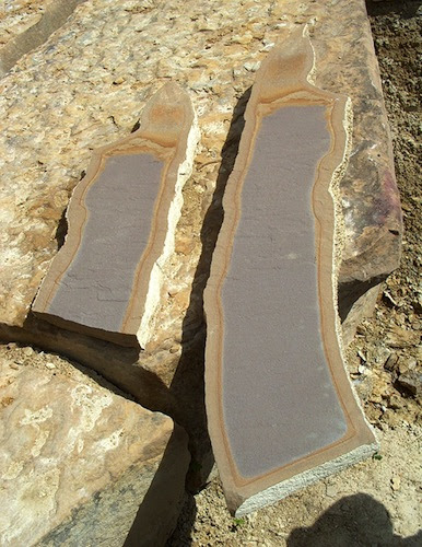 Una place de cemento artificial encontrada sobre el Túmulus de Vratnica