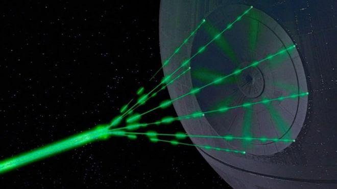 Una esfera -la estrella de la muerte- lanza un rayo láser verde