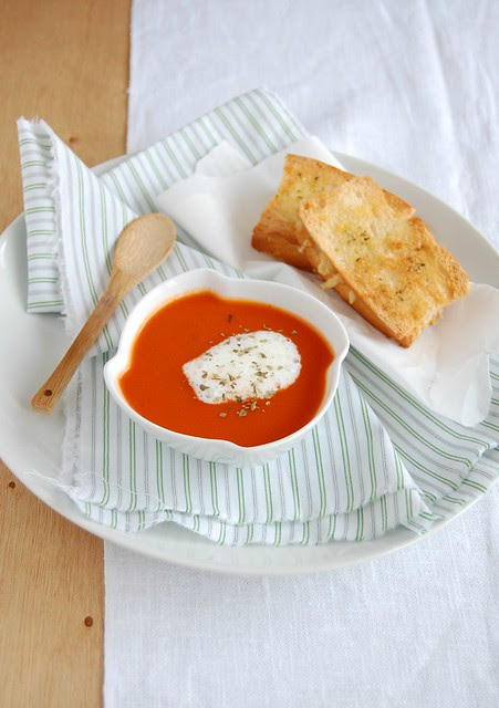 Spicy tomato soup with crispy grilled cheese / Sopa apimentada de tomate com queijo-quente crocante