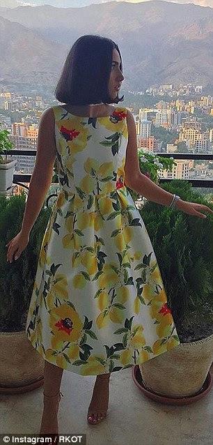 Um jovem adolescente elegante ostenta seu senso vestido invejável