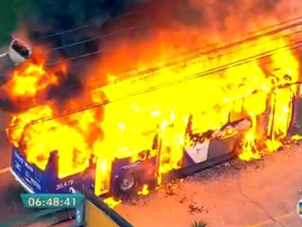 Ônibus pega fogo na Marginal Tietê (Foto: Reprodução/TV Globo)