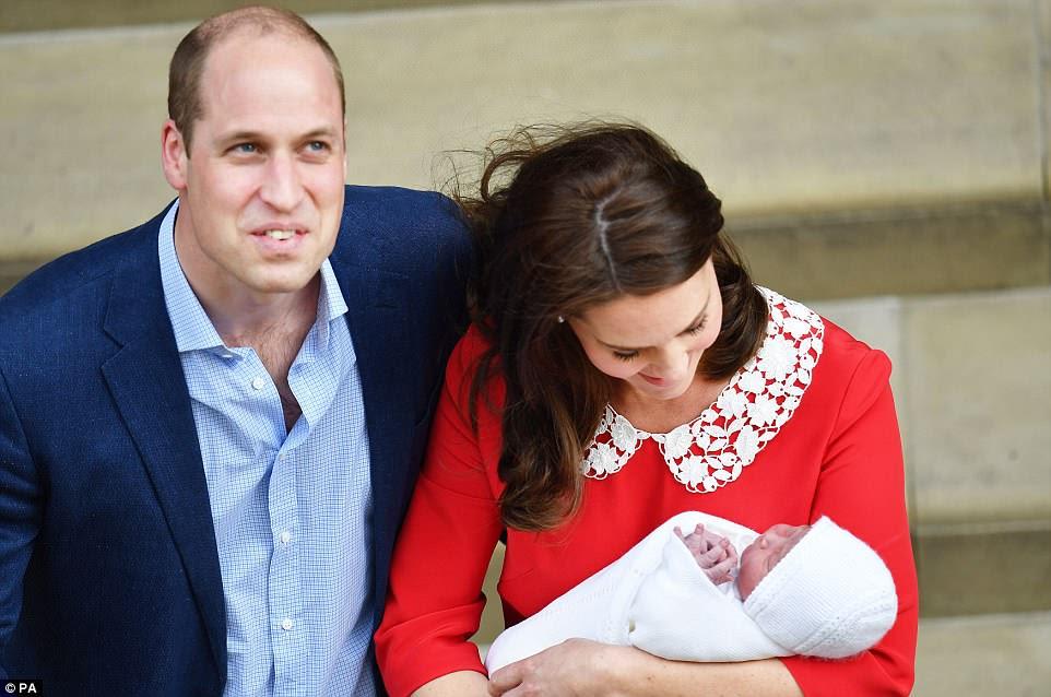 """El Príncipe William bromeó con la prensa que esperaba, diciendo: """"¡Tres veces se preocupe ahora!"""""""