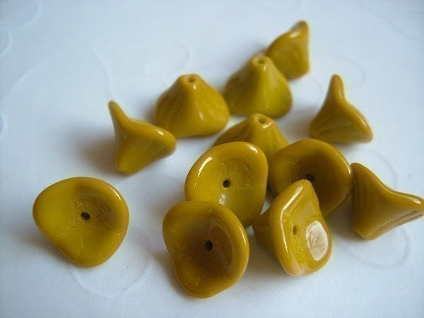 10 pieces of Czech Glass 3 Petals Flower Beads in Mustard Color -- 10x12mm - GSboutique