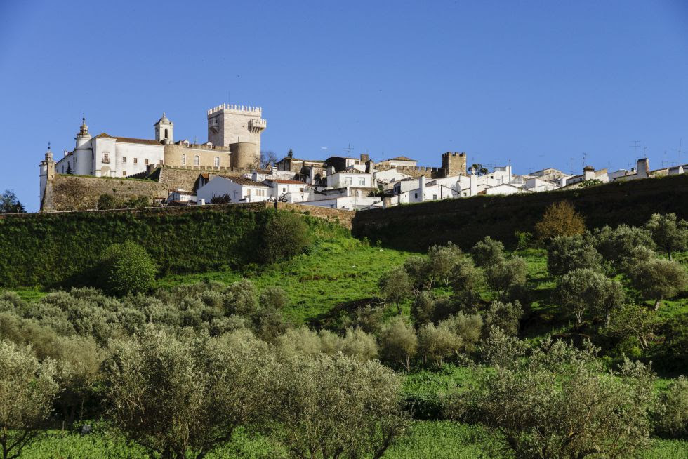 Seu castelo transformado em pousada é uma parada obrigatória para quem vem de Extremadura (a vila está localizada a cerca de 54 quilômetros de Badajoz) às terras portuguesas. A sala de audiências do rei D. Dinis, as casas góticas, a muralha do século XVII com quatro portas e o mercado dos sábados são outras atrações para fazer uma parada em Estremoz.