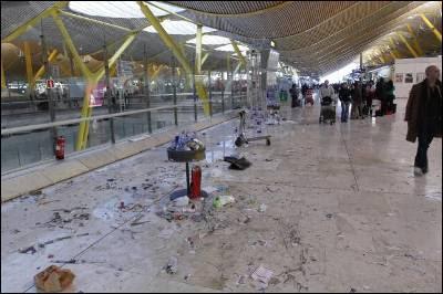 Basura acumulada en el suelo y las papeleras de la T4 con motivo de la huelga de limpiadores.
