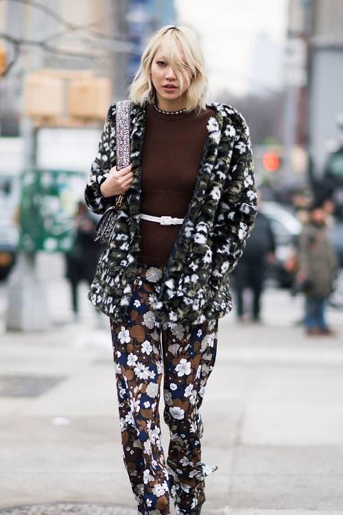 3 cách mix 'thần thánh' đưa áo sweater trở thành item đáng mặc vào mùa xuân - Ảnh 6.