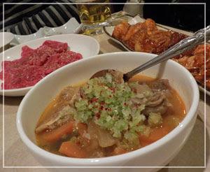 津田沼「学一」にて、牛すじ煮込みに赤身肉、ホルモン盛り合わせ。
