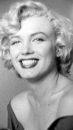 Marilyn photographed by Jock Carroll during Niagara, 1952.